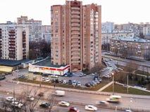Edificios de apartamentos en ciudad en la igualación de crepúsculo imagenes de archivo