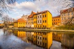 Edificios de apartamentos en el banco del río en Bydgoszcz, Polonia Foto de archivo libre de regalías