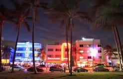 Edificios de Art Deco de la impulsión del océano iluminados en la oscuridad en Miami Beach Fotos de archivo libres de regalías