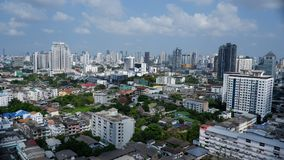 Edificios de Bangkok con los pueblos locales que reflejan la vida urbana Imagenes de archivo