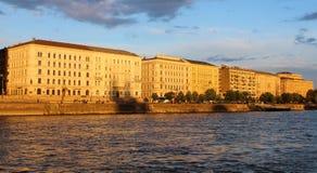 Edificios de Budapest en el banco del río Danubio expuesto a los rayos del sol del sistema del sol imagen de archivo libre de regalías
