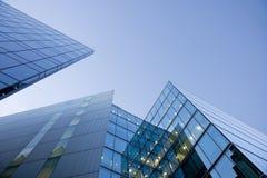 Edificios de cristal azules en el cielo azul Imagenes de archivo