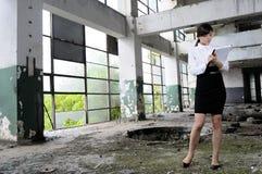 edificios de evaluación blancos de la mujer de negocios Imágenes de archivo libres de regalías