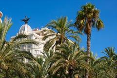 Edificios de Explanada del La de Alicante con los árboles del plam en Valencia Imagen de archivo libre de regalías