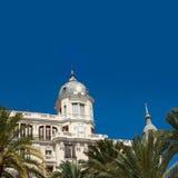 Edificios de Explanada del La de Alicante con los árboles del plam en Valencia Foto de archivo libre de regalías