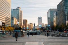 Edificios de Gwanghwamun opinión y de la ciudad modernos cuadrados de Seul en Seul, Corea imagen de archivo
