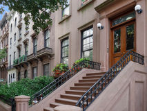 Edificios de la arenisca de color oscuro de Nueva York Fotografía de archivo