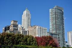Edificios de la ciudad cerca por el parque del milenio, Chicago Foto de archivo libre de regalías