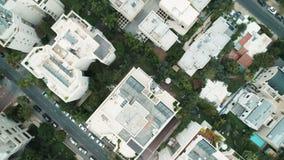 Edificios de la ciudad desde arriba de la antena del abejón metrajes