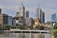 Edificios de la ciudad, río de Yarra, Melbourne, Australia Fotos de archivo libres de regalías