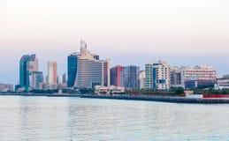 Edificios de la costa de Kuwait Salmiya Foto de archivo libre de regalías