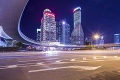 Edificios de la Federación de Shangai en la noche imagenes de archivo