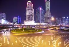 Edificios de la Federación de Shangai en la noche foto de archivo