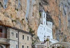 Edificios de la iglesia de la parte superior del monasterio de Ostrog Niksic, Montenegro Fotografía de archivo libre de regalías