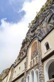 Edificios de la iglesia superior del monasterio de Ostrog con los mosaicos Niksic, Montenegro Imágenes de archivo libres de regalías