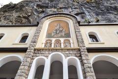 Edificios de la iglesia superior del monasterio de Ostrog con los mosaicos Niksic, Montenegro Fotos de archivo