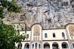 Edificios de la iglesia superior del monasterio de Ostrog con los mosaicos Niksic, Montenegro Foto de archivo libre de regalías