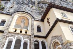 Edificios de la iglesia superior del monasterio de Ostrog con los mosaicos Niksic, Montenegro Fotos de archivo libres de regalías