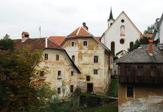 Edificios de la iglesia y del primero plano del capuchón Fotos de archivo libres de regalías