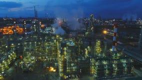 Edificios de la opinión del abejón en territorio de la compañía petrolera por mañana metrajes