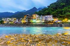 Edificios de la orilla en pueblo de las aguas termales de Wulai imagen de archivo libre de regalías