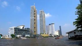 Edificios de la señal en los bancos del río Chao Phraya