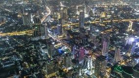 Edificios de la subida de la alta opinión del lapso de tiempo altos en el camino de Bangkok Tailandia en granangular en la noche