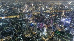 Edificios de la subida de la alta opini?n del lapso de tiempo altos en el camino de Bangkok Tailandia en granangular en la noche metrajes