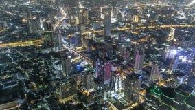 Edificios de la subida de la alta opini?n del lapso de tiempo altos en el camino de Bangkok Tailandia en granangular en la noche
