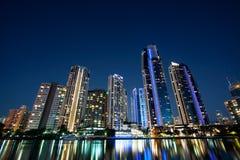 Edificios de la subida del paraíso de las personas que practica surf altos en la noche imagen de archivo libre de regalías