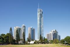 Edificios de la subida del paraíso de las personas que practica surf altos, Gold Coast fotografía de archivo