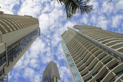 Edificios de la torre en paraíso de las personas que practica surf Fotos de archivo libres de regalías