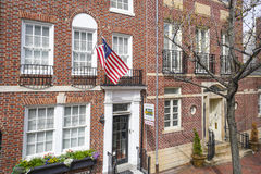 Edificios de ladrillo hermosos en el distrito histórico de Philadelphia - PHILADELPHIA - PENNSYLVANIA - 6 de abril de 2017 Fotos de archivo libres de regalías