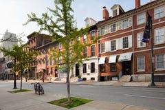 Edificios de ladrillo tradicionales en la calle de la nuez en Philadelphia Fotografía de archivo