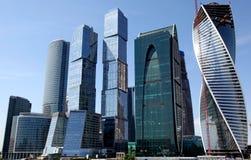 Edificios de las torres de la oficina de ciudad de Moscú Foto de archivo libre de regalías