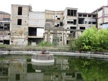 Edificios de las viejas industrias rotas y abandonadas en la ciudad de Banja Luka - 2 foto de archivo