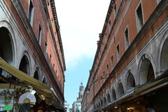 Edificios de los mercados de Rialto del distrito del polo de San en Venecia y el puente de Rialto fotos de archivo libres de regalías