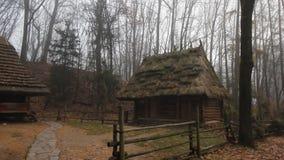 Edificios de madera históricos viejos con el tejado cubierto con paja temprano por la mañana de niebla almacen de video