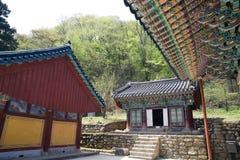 Edificios de madera tradicionales coreanos del templo con los tejados tejados foto de archivo