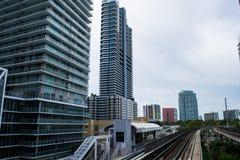 Edificios de Miami y ferrocarriles céntricos del carril del metro Fotografía de archivo libre de regalías