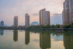 Edificios de oficinas además del río de la ciudad Imagen de archivo libre de regalías