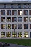 edificios de oficinas con la fachada de la ventana de grupos de trabajo foto de archivo