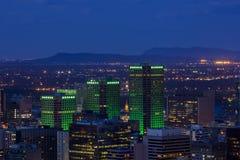 Edificios de oficinas de Montreal en la noche Imagenes de archivo
