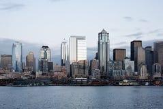 Edificios de oficinas del horizonte de la ciudad en la oscuridad en la bahía Foto de archivo libre de regalías