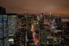 Edificios de oficinas del horizonte de Seattle en la noche Fotografía de archivo