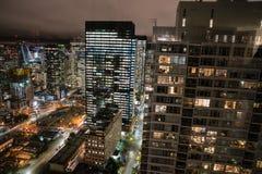 Edificios de oficinas del horizonte de Seattle en la noche Fotos de archivo libres de regalías