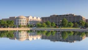 Edificios de oficinas del Washington DC duplicados en agua Imagen de archivo