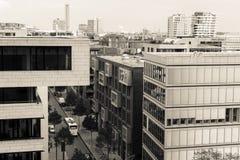 Edificios de oficinas en Hamburgo con la vista de la calle fotos de archivo libres de regalías