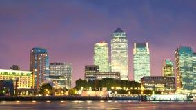 Edificios de oficinas en la puesta del sol, Londres de Canary Wharf almacen de metraje de vídeo