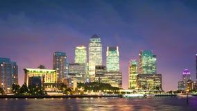 Edificios de oficinas en la puesta del sol, Londres de Canary Wharf metrajes